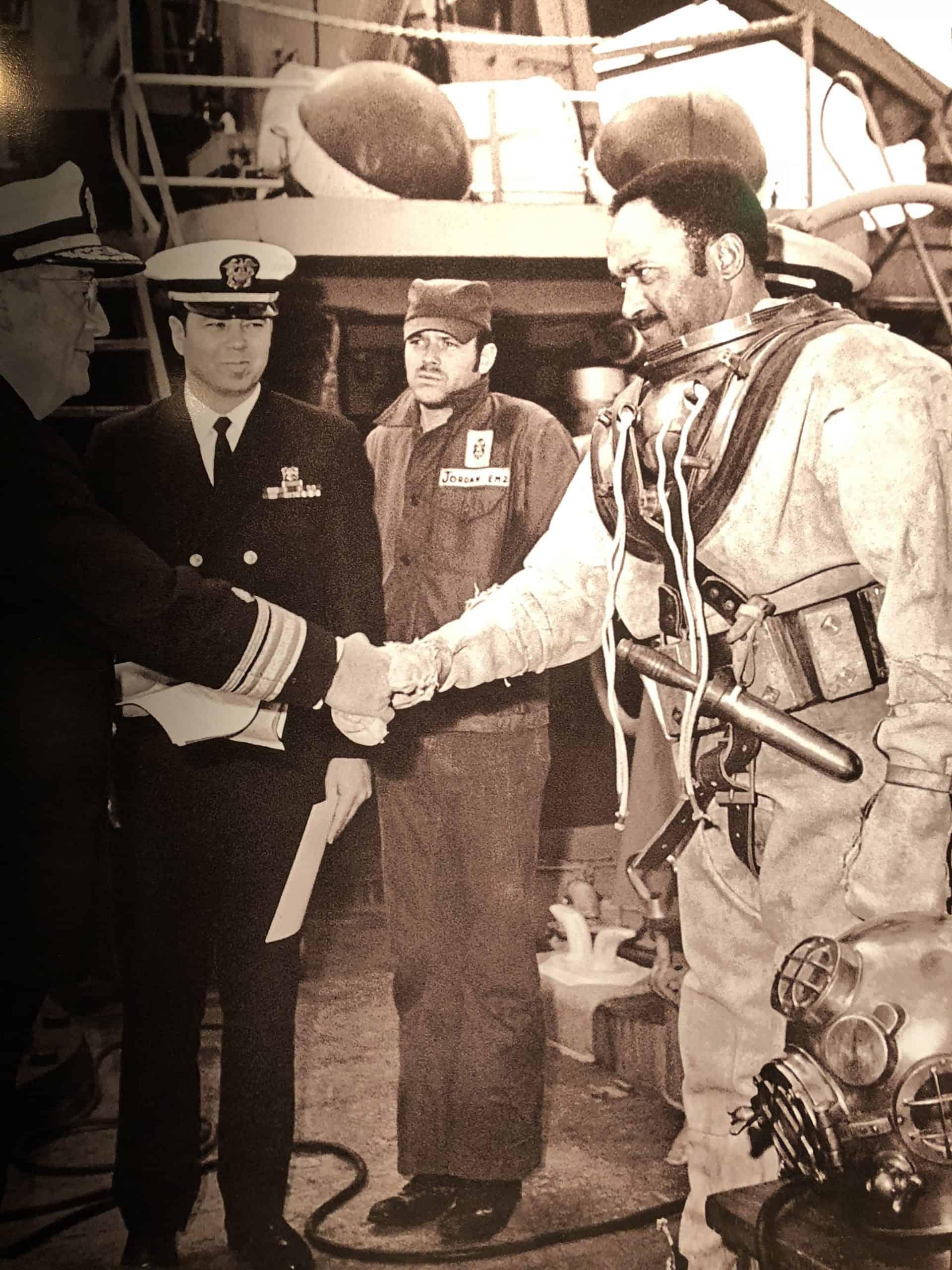 Carl Brashear bei einer Begegnung mit dem US Präsidenten Harry S. Truman