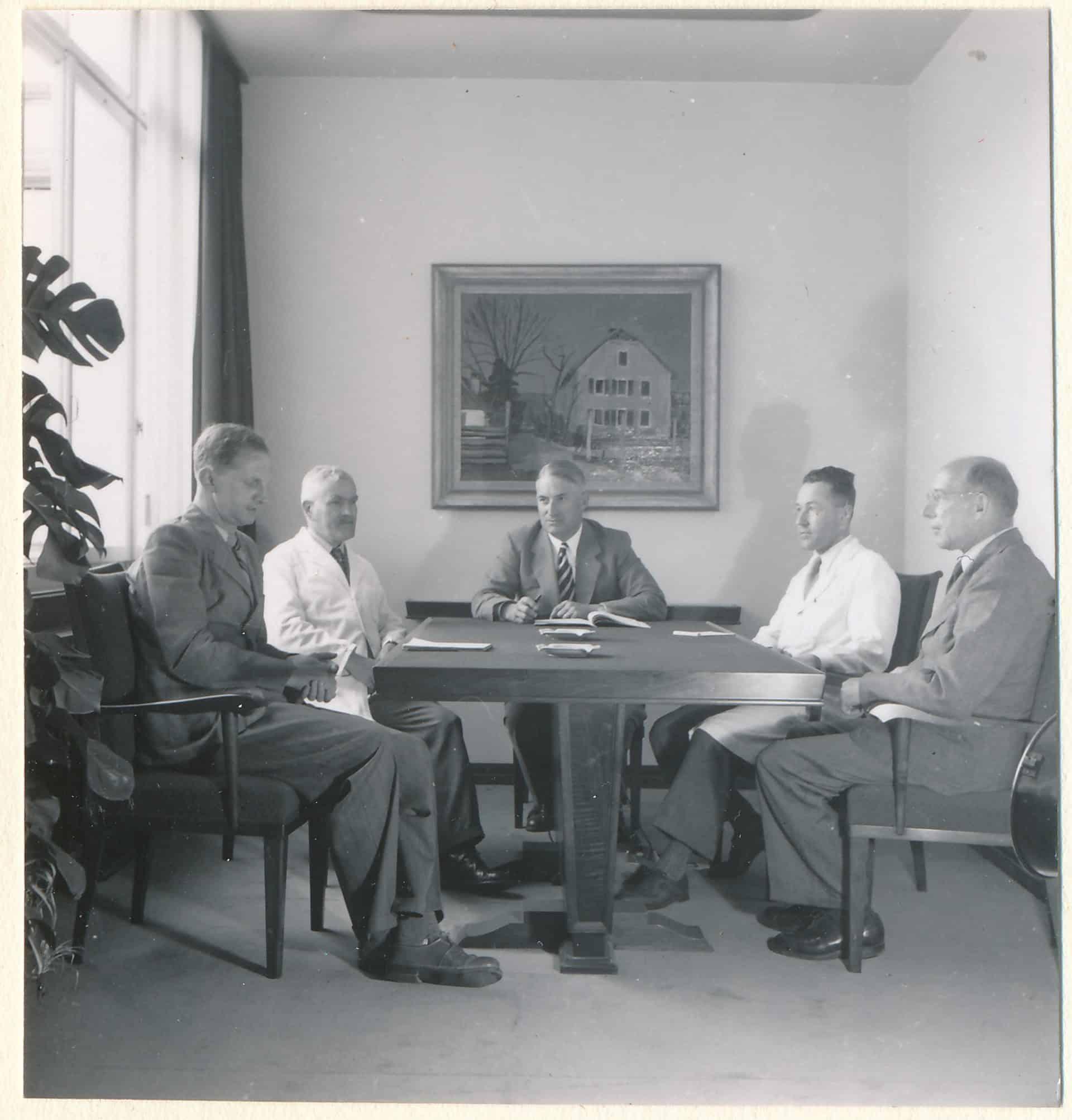 Dr. Rudolf Schild-Comtesse (Mitte) und links daneben Heinrich Stamm bei einer Eterna Besprechung im Jahr 1955