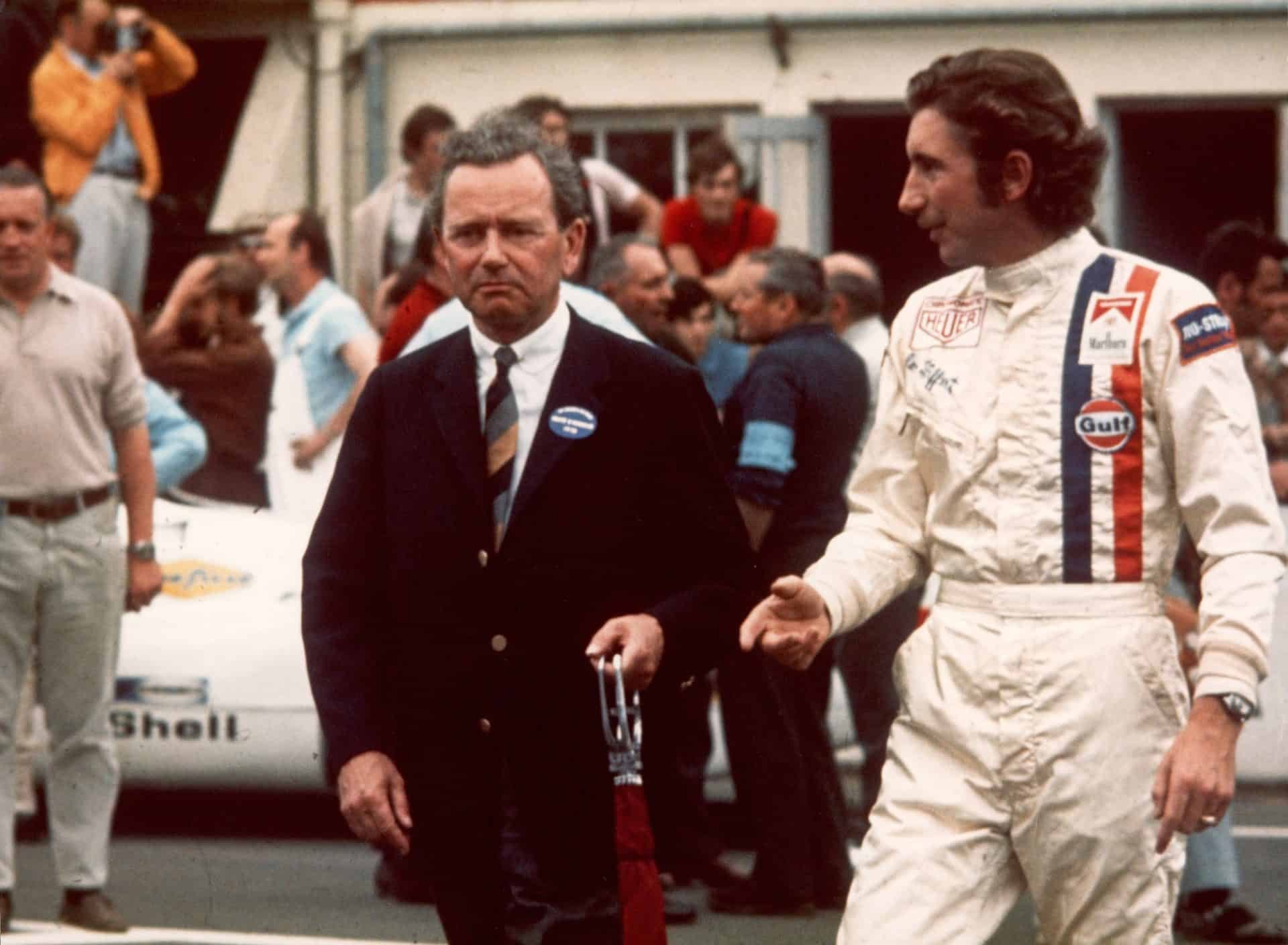 Ferry Porsche und Jo Siffert auf der Le Mans Rennstrecke im Jahr 1970