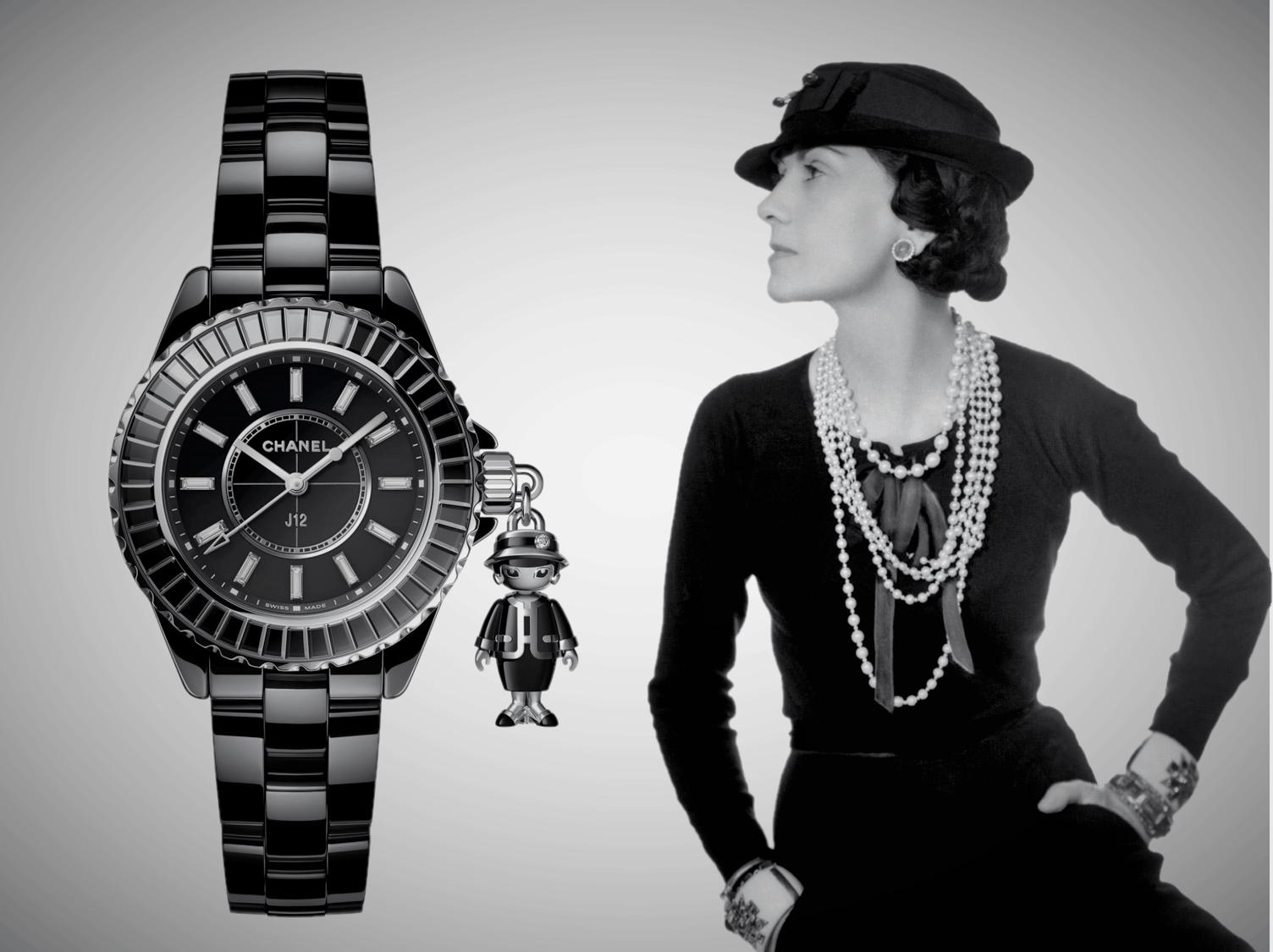 Garbrielle Coco Chanel im Jahr 1935 mit einer aktuellen Chanel J12 Acte II Uhr