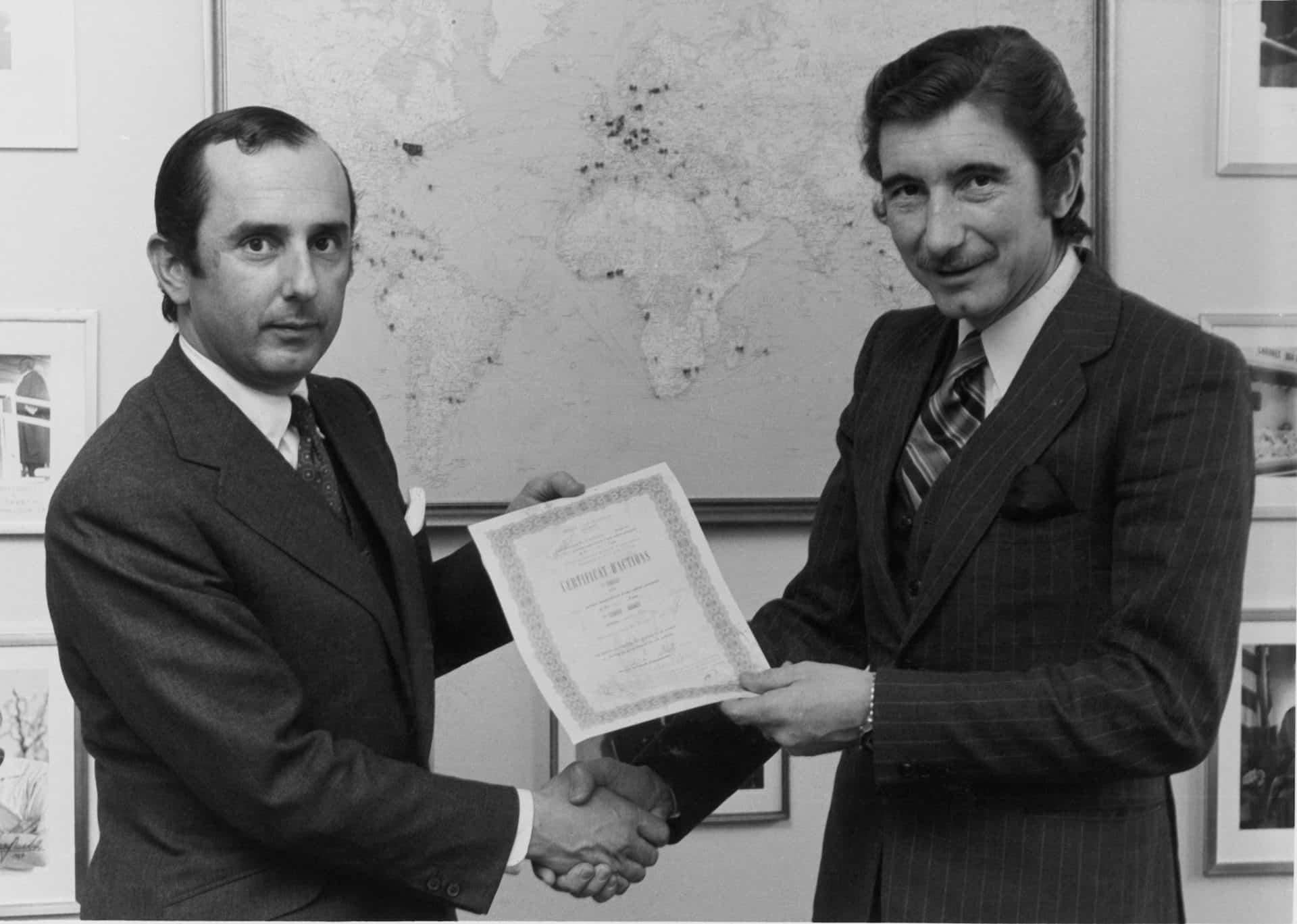 Jack W Heuer und Jo Siffert mit der unterzeichneten Vereinbarung