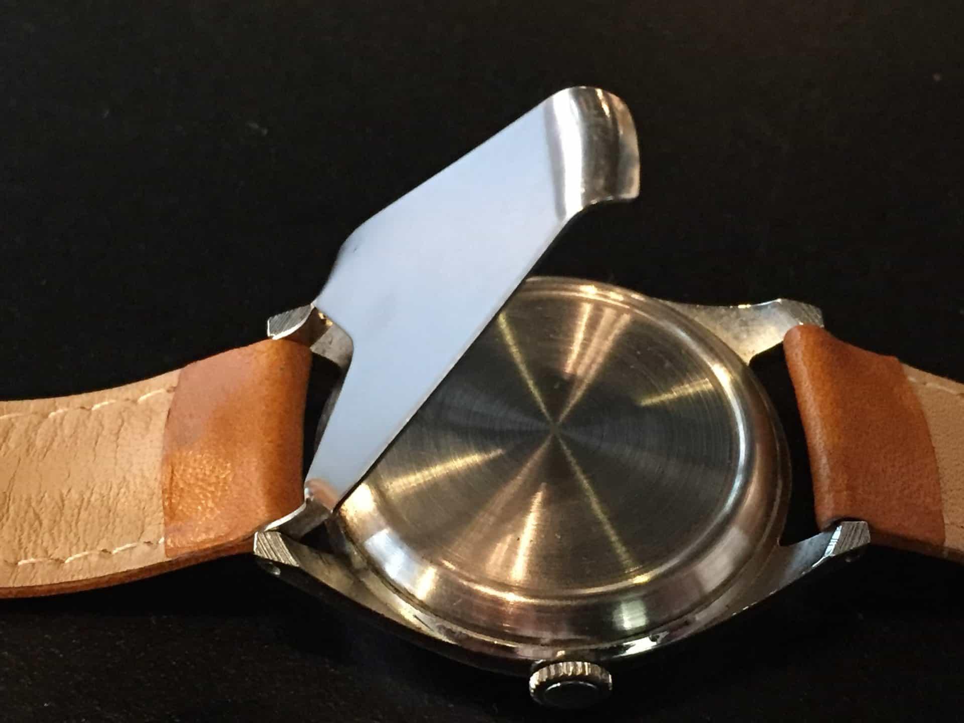 Der einklappbare Austeller und am Handgelenk Klangverstärker wurde vom Federsteg des Armbands gehalten.