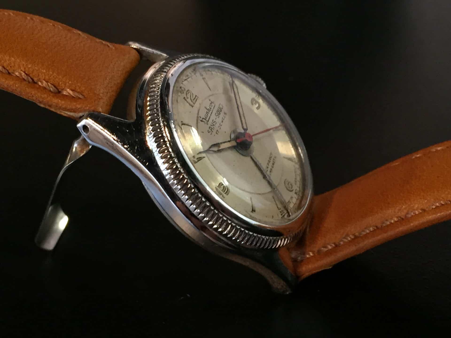 Klappmechanismus zur Verbesserung des Schalls beim Hanhart Sans-Souci Armbandwecker, 1951