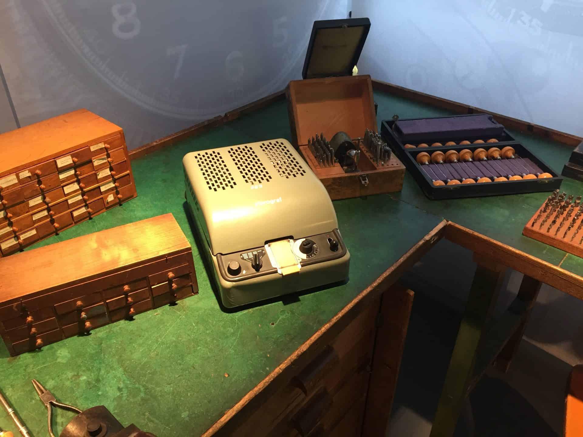 Hanhart Atelier 1950-er Jahre mit der quarzgetriebenen elektronischen Regulierung Foto (C) Uhrenkosmos