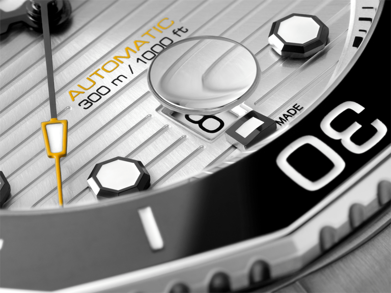 TAG Heuer Aquaracer Professional 300 Zifferblattdetail mit innenliegender Datumslupe
