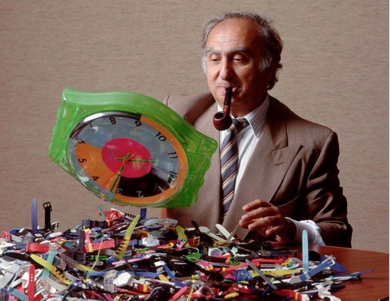 Nicolas G Hayek mit Swatch Modellen und Pfeife