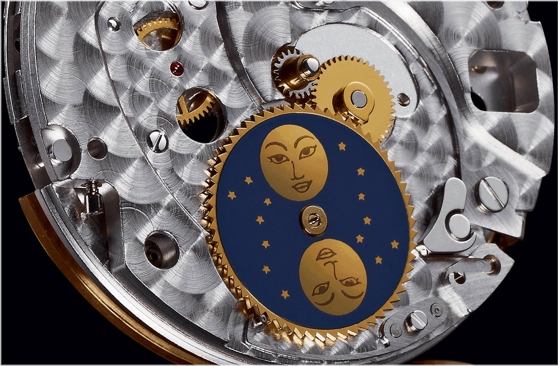 Standard Mondphasenanzeige einer Mondscheibe mit 59 Zaehnen. Der kleine Finger am 24-Stunden-Rad schaltet sie jeden Tag um eine Position weiter.