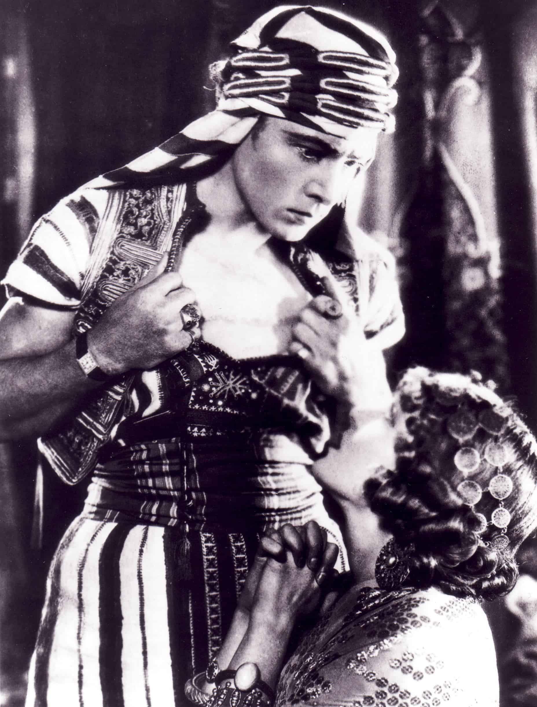 Rudolfo Valentino und seine Cartier Tank am Handgelenk