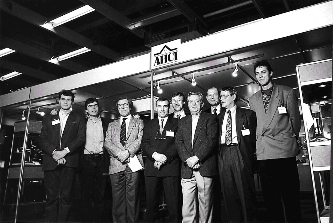 Die Mitglieder der AHCI vor dem gemeinsamen Stand im Jahre 1988
