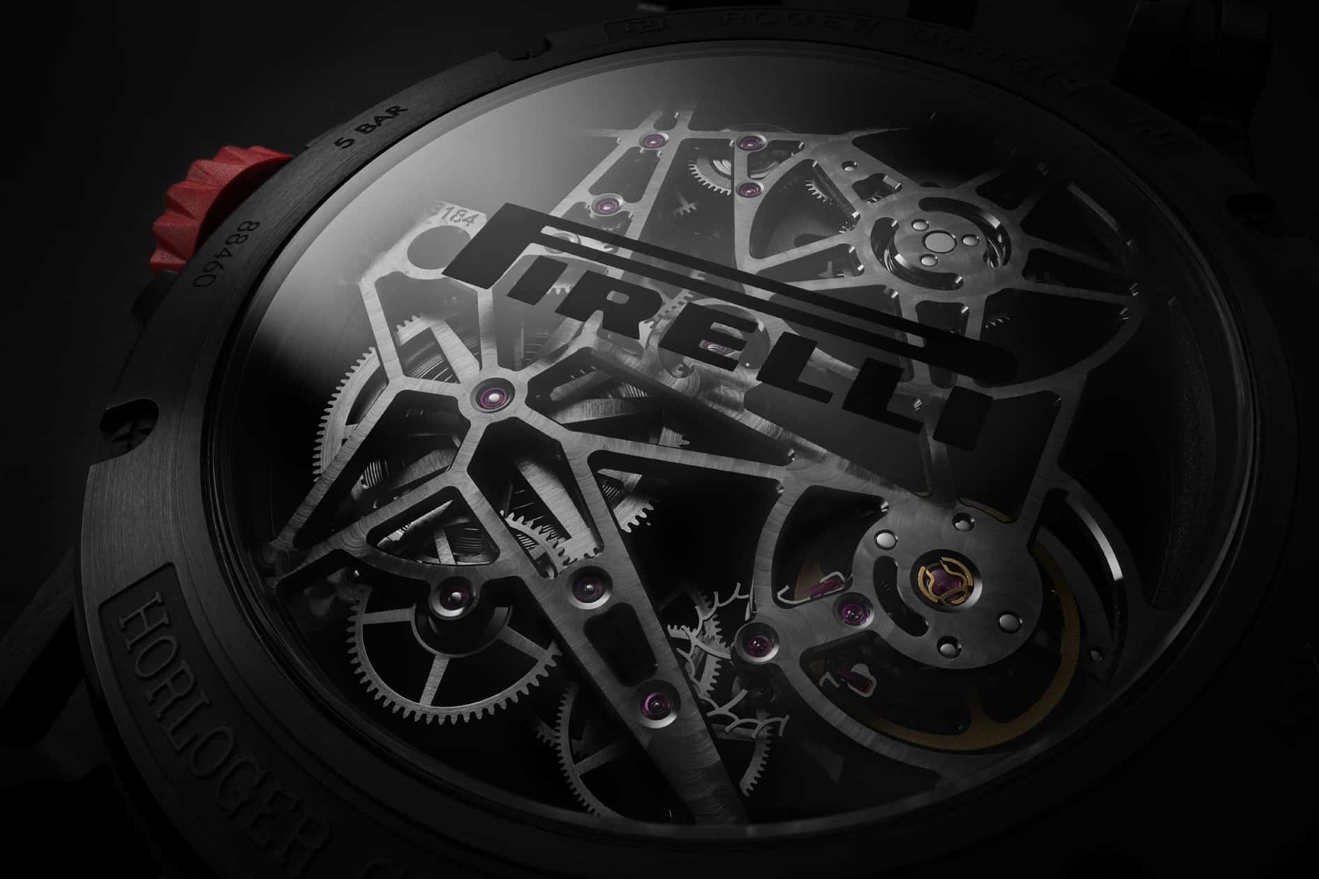 Pirelli Logo auf dem Saphirglas-Gehäuseboden der Roger Dubuis Excalibur Spider Pirelli MB