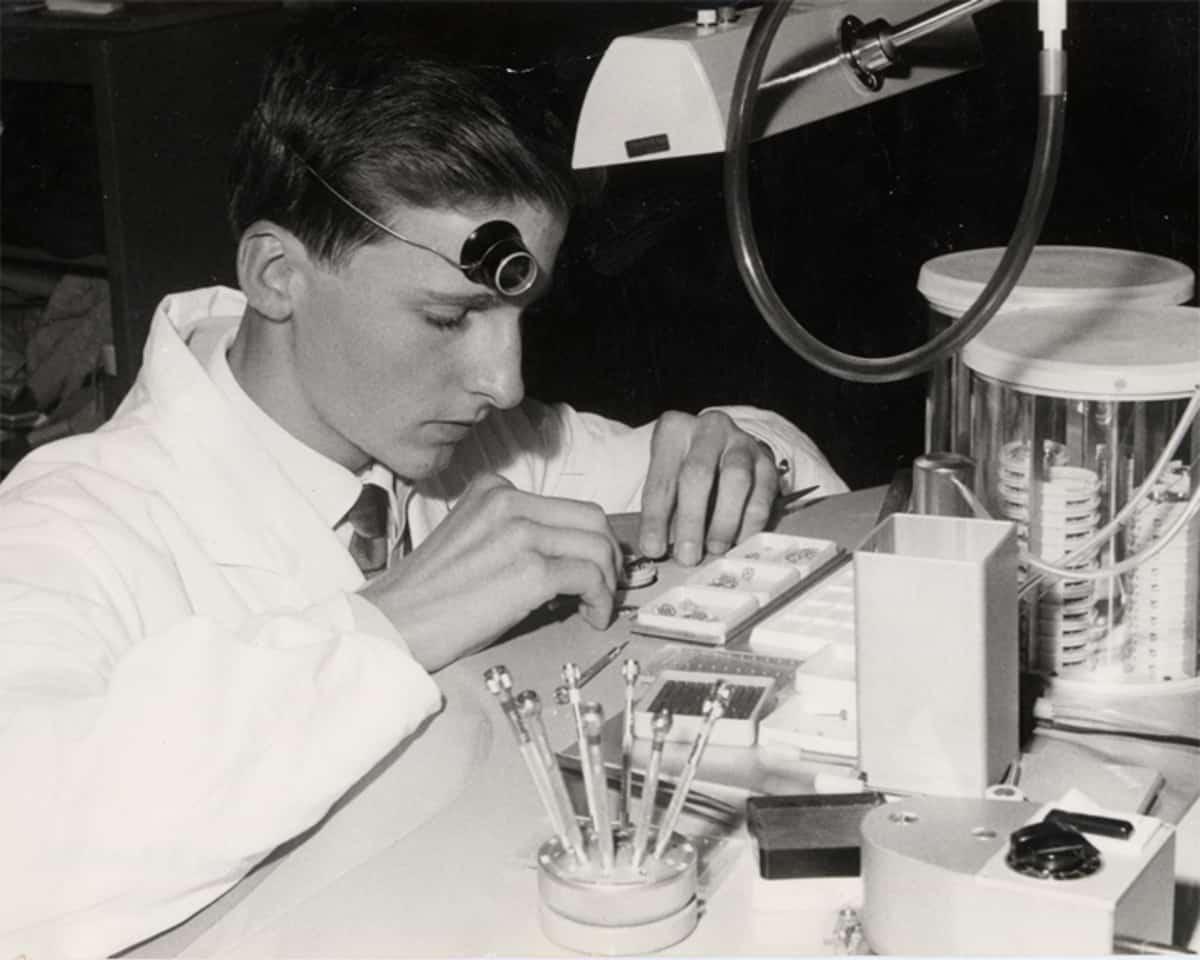 Der junge Uhrmacher Michel Parmigiani am Werkstisch