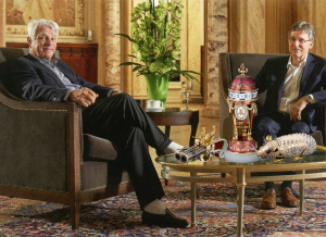 Pierre Landolt und Michel Parmigiani mit restaurierten Kunstobjekten