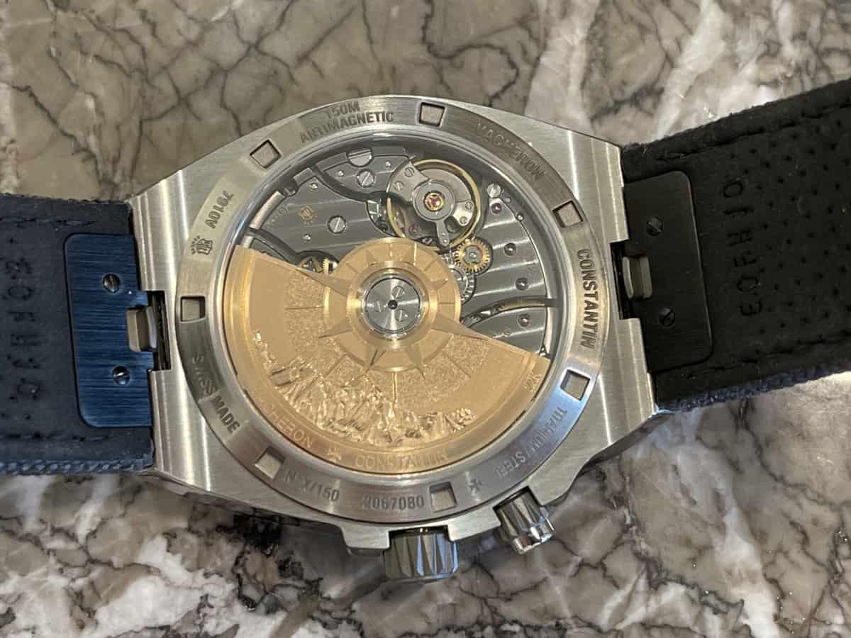 Gehäuseboden mit Sicht auf das Uhrwerk der Vacheron Constantin Overseas Dual Time Everest